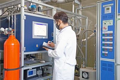연구원이 암모니아 분해반응기의 운전데이터를 기록하고 있다.